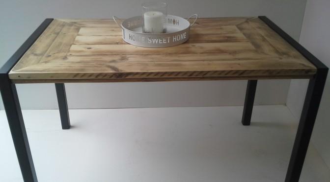 tafel met ijzeren frame
